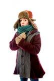 Молодая женщина в теплой одежде и знобить в холоде стоковая фотография