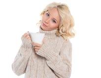 Молодая женщина в теплом свитере и кружке в его руках Стоковые Фотографии RF
