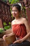 молодая женщина в традиционной одежде от Лаоса стоковые фото