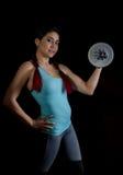 Молодая женщина в тренировке с гантелями на черном bakground, sporty мышечное женское брюнет фитнеса Стоковое фото RF