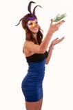 Молодая женщина в фиолетовых загадочных венецианских деньгах хода маски Стоковое Фото
