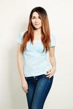 Молодая женщина в футболке милая сторона Волосы расцветки Стоковые Фотографии RF