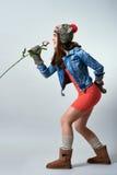 Молодая женщина в хате и перчатки поя Стоковое Изображение