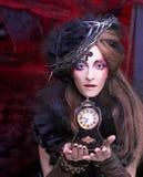 Молодая женщина в черноте стоковые изображения