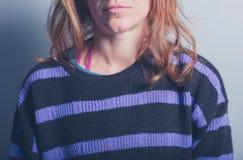 Молодая женщина в шлямбуре stripey Стоковая Фотография RF
