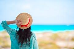 Молодая женщина в шляпе на тропическом пляже Стоковое Фото