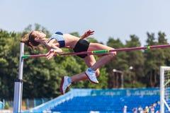 Молодая женщина в highjump Стоковая Фотография
