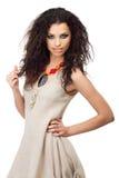 Молодая женщина в linen платье с составом лета стоковые фото