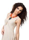 Молодая женщина в linen платье с составом лета стоковое изображение rf