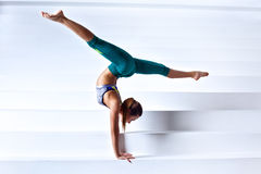 Молодая женщина гимнаста Стоковая Фотография