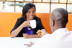 Молодая женщина говоря к ее партнеру Стоковая Фотография RF