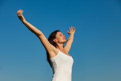 Молодая женщина, ее сторона вверх, наслаждаясь солнцем - изображением запаса Стоковая Фотография RF