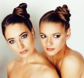 Молодая женщина дерева довольно стильная с такими же стилем причёсок и составом, лучшим другом совместно имея потеху, людей образ Стоковые Фото
