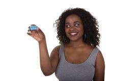 Молодая женщина держа билет лотереи изолированный на белизне стоковые фото