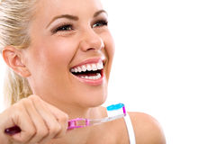 Молодая женщина держа зубную щетку Стоковое фото RF