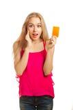 Молодая женщина держа карточки подарка Стоковое фото RF