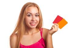 Молодая женщина держа карточки подарка Стоковое Фото