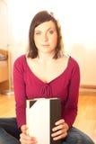 Молодая женщина держа книгу стоковые изображения rf