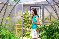 Молодая женщина держа корзину растительности и лука Стоковое Фото