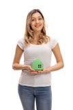 Молодая женщина держа модельный дом Стоковые Изображения