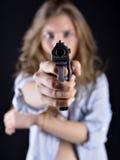 Молодая женщина держа оружие стоковые изображения