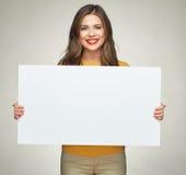 Молодая женщина держа доску дела знака Стоковое Фото