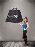 Молодая женщина держа одну тонну веса усилия Стоковое фото RF