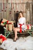 Молодая женщина держа подарок на стиле цвета рождества Стоковая Фотография RF