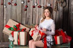 Молодая женщина держа подарок на стиле цвета рождества Стоковые Изображения