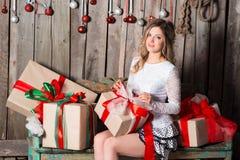 Молодая женщина держа подарок на стиле цвета рождества Стоковое Фото