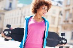 Молодая женщина держа ролик-коньки Стоковое фото RF