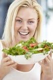 Молодая женщина держа салат Стоковое Фото