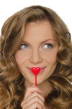 Молодая женщина держа сердце в передней губе Стоковые Изображения RF