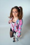 Молодая женщина держа скейтборд стоковое фото rf