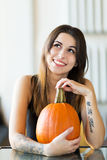 Молодая женщина держа тыкву Стоковые Фото