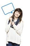 Молодая женщина держа усмехаться знака пузыря речи Стоковое Фото
