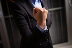 Молодая женщина держит ее кулак высокий Стоковая Фотография