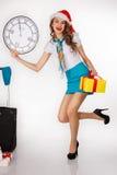 Молодая женщина держит подарок в крышке ` s Санты Стоковые Изображения