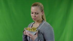 Молодая женщина есть зеленые виноградины видеоматериал