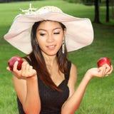 Молодая женщина есть яблоко Стоковые Фото