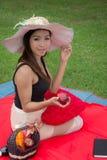 Молодая женщина есть яблоко Стоковое Изображение RF