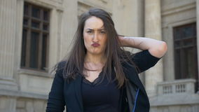 Молодая женщина делая выражение стороны тряся ее волосы и поворачивая от тоскливости к счастью акции видеоматериалы
