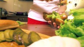 Молодая женщина делая горячую сосиску сток-видео