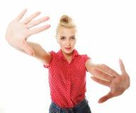 Молодая женщина делая знак жеста стопа стоковое фото