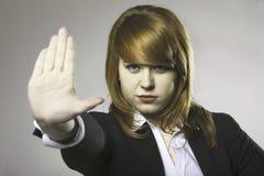 Молодая женщина делая знак жеста стопа стоковые изображения rf