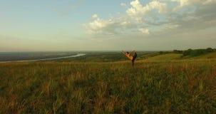 Молодая женщина делая йогу в поле Gora Fruska, Novi унылое, Сербия видеоматериал