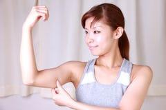 Молодая женщина делая массаж руки собственной личности Стоковые Фотографии RF