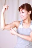 Молодая женщина делая массаж руки собственной личности Стоковые Изображения