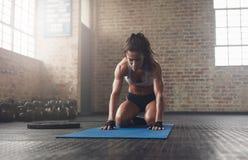 Молодая женщина делая переднюю тренировку загиба на циновке фитнеса Стоковая Фотография RF
