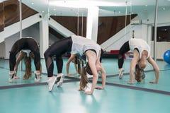 Молодая женщина делая представление моста гимнастики в студию фитнеса Стоковая Фотография RF
